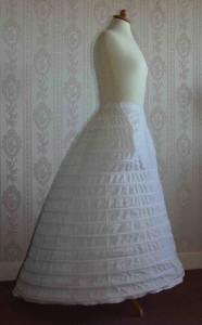 In wijdte ingenomen Franse crinoline, 1863-1865