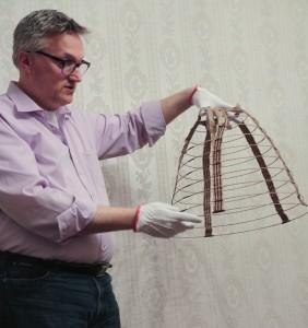 Dirk-Jan toont een miniatuur crinoline